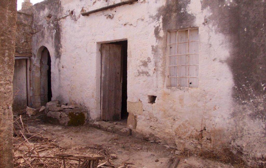 420-Doors-to-downstairs-rooms